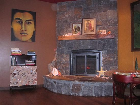 Joe Caribe Bistro and Cafe: Fireplace in the center room