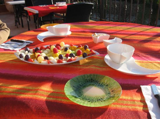 Sur La Plage Ensoleillee : Frühstückstisch mit Früchteteller