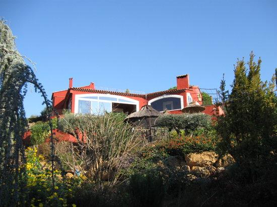 Sur La Plage Ensoleillee : die rote Villa auf dem Hügel