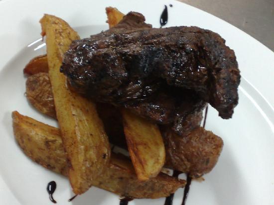 Quattro Fratelli: Fresh Beef fillet over giant fresh cajun potato wedges