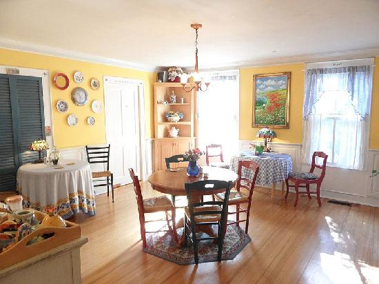 Alexander House Booklovers Bed and Breakfast: Whimsical Cafe Collette
