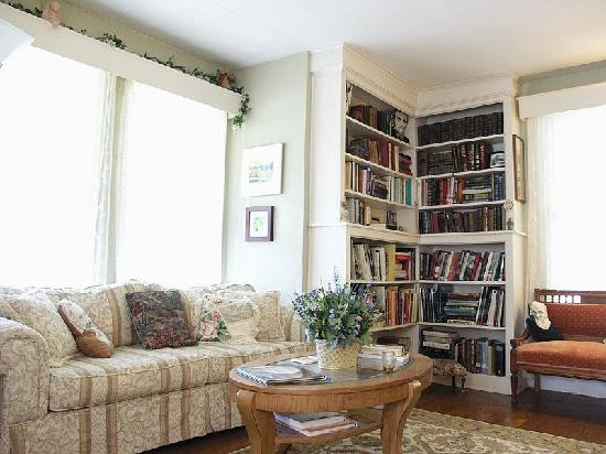 Alexander House Booklovers Bed and Breakfast: The cozy Mark Twain Parlor & Library