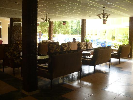 Hotel Oasis: Big open lobby area for eating or visiting