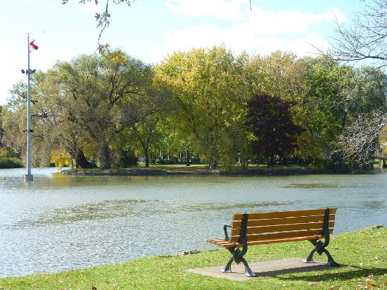 Китченер, Канада: Sit on a bench by the lake and relax