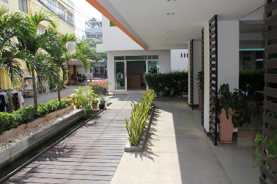 Baan Manthana Hotel: Outside area