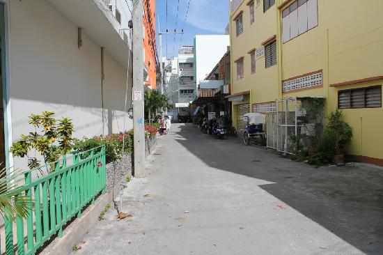 Baan Manthana Hotel: Street leading to Manthana