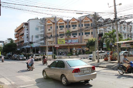 Baan Manthana Hotel: Street outside Manthana