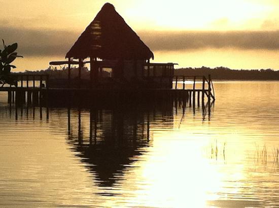 Centro Holistico Akalki: El amanecer desde mi cabaña, se ve la cabaña del restaurant