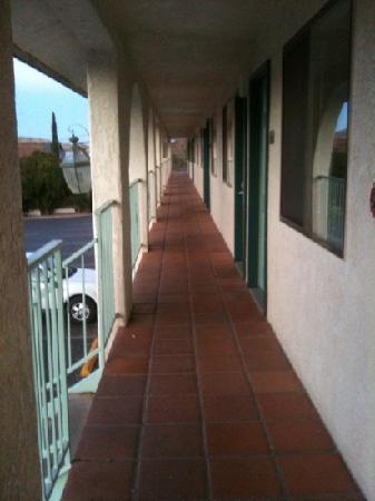 Rodeway Inn: le couloir devant les chambres