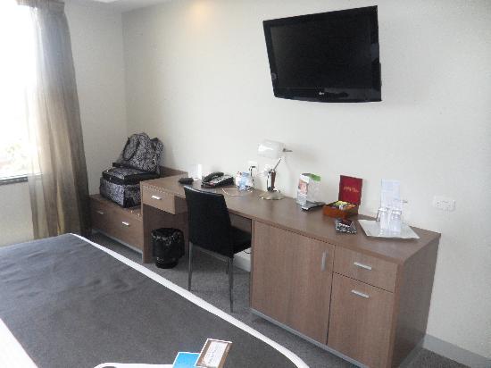 Mantra Tullamarine Hotel: Desk area