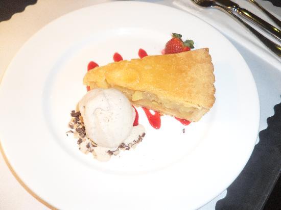 Mantra Tullamarine Hotel: apple pie and cinnamon ice-cream