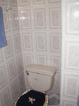Hostal Tutamanda: bathroom