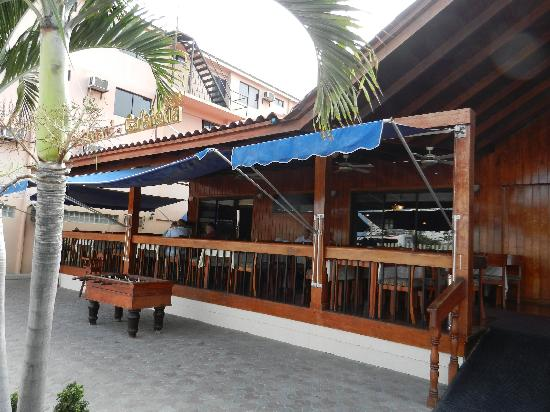 Hotel Chipipe: Front Courtyard and Restaurant