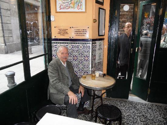 Bar La Plata: Cornertable for coffe