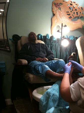 Spa Atlantis: Sylvester getting his pedicure.