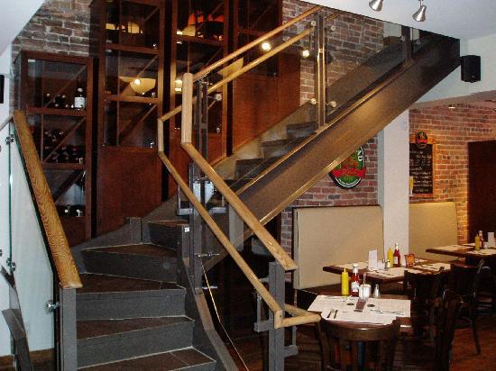 Le Comptoir : superbe escalier en verre et metal