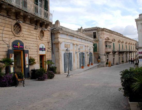 Gelati DiVini: L'ingresso della gelateria, in fondo alla piazza
