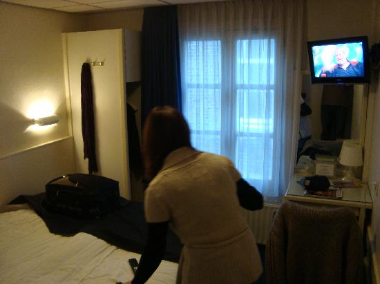 Hotel De Gerstekorrel: TV (&Wardrobe to the left by the window
