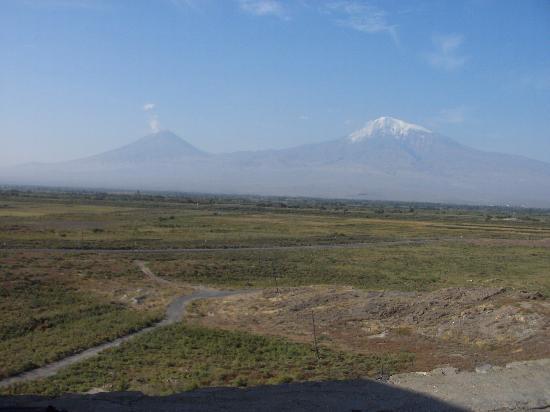 Aviatrans: Vom Kloster Khor Virap aus sieht man auf türkischem Gebiet den Großen Ararat (über 5000 m) und d