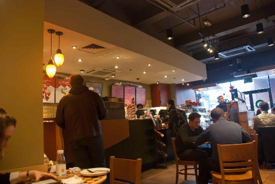 Starbucks Euston Road: Service counter in Euston Road Starbucks