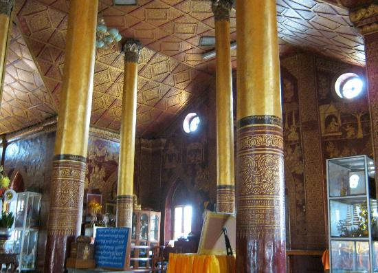 Wat Pha Jao Lung: Beautiful columns, ceilings and walls
