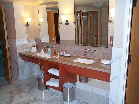 Borgata Hotel Casino & Spa: enough space on double sinks in the Fiore room
