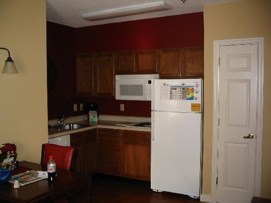 Residence Inn Charleston Downtown/Riverview: Adequate Size To Accommodate 4 Adults