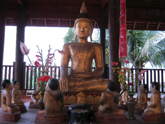 Wat Zom Kham: Disciples seated around Buddha