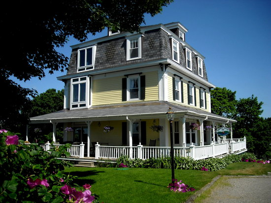 Harbor House Inn: Enjoy the veranda sunrise to sunset