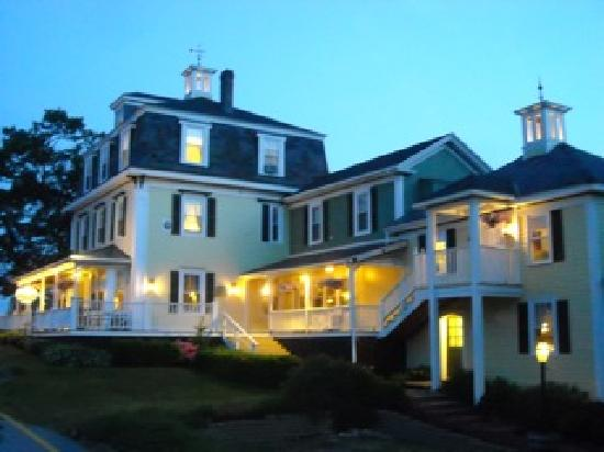 Harbor House Inn: 6 Spacious guest rooms, sitting and dinning room