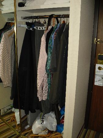 Clarion by Choice Hotel and Conference Centre: Roomy closet -- a week's worth of clothes fit easily