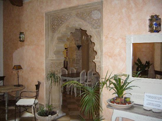 Hotel Argantonio: Hall moorish archway  to breakfast room