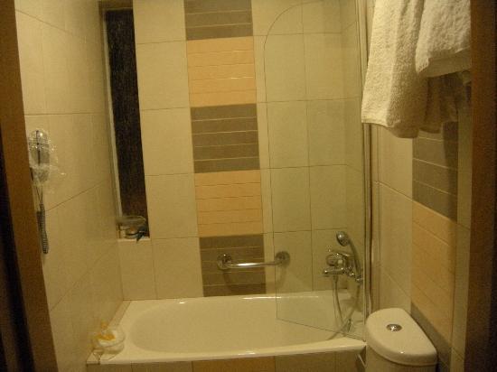 Vista do banheiro com banheira e pequeno chuveiro de mão  Picture of Crysta -> Banheiro De Hotel Com Banheira