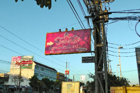 Kriss Residence: Pink hotel sign at mouth of soi (lane)