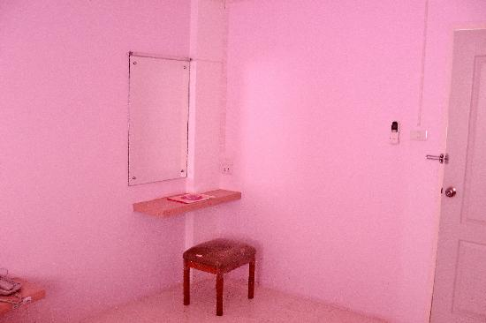 คริส เรสซิเดนซ์: Room. In that reassuring pink colour. Clean and neat
