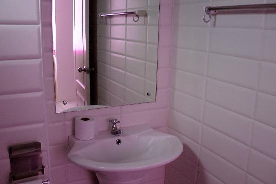 Kriss Residence: Bathroom. In Pink. Spotlessly clean