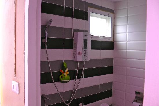 Kriss Residence: Bathroom with that subtle hint of pink