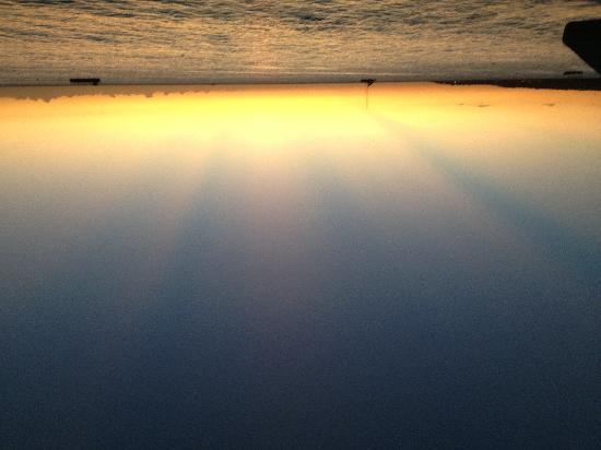 روومز أون بيتش نيجريل: Nice sunset at the beach bar left from Rooms