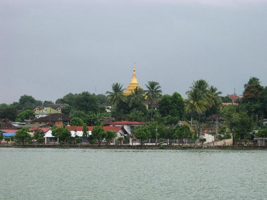 Naung Tung Lake : The stupa of Wat Zom Kham can be seen from across the south side