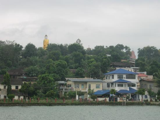 Naung Tung Lake : Respectively, a giant standing Buddha can be seen from the north side