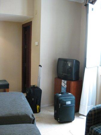 NH Córdoba Califa : tv, window, bathroom door
