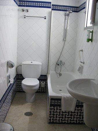 NH Córdoba Califa : bathroom