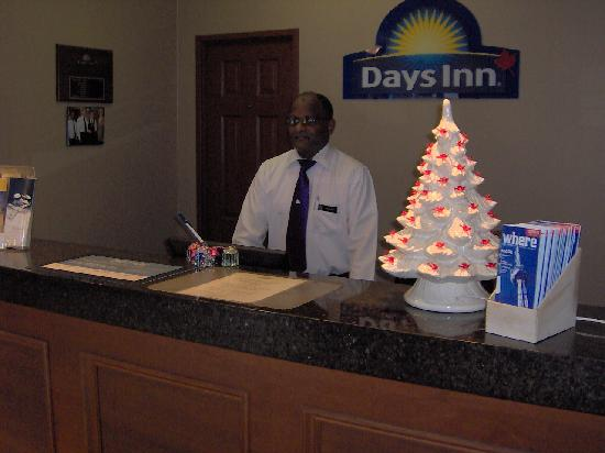 Days Inn Toronto East Beaches: Gregory at front desk