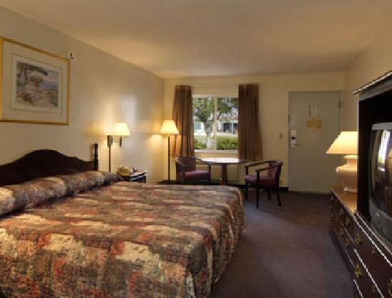 Howard Johnson Vero Beach/I-95: Standard One King Bed Room