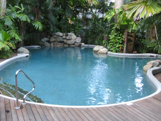 Palm Cove Tropic Apartments: Pool area