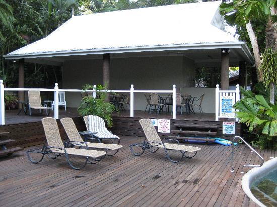 Palm Cove Tropic Apartments: BBQ Area