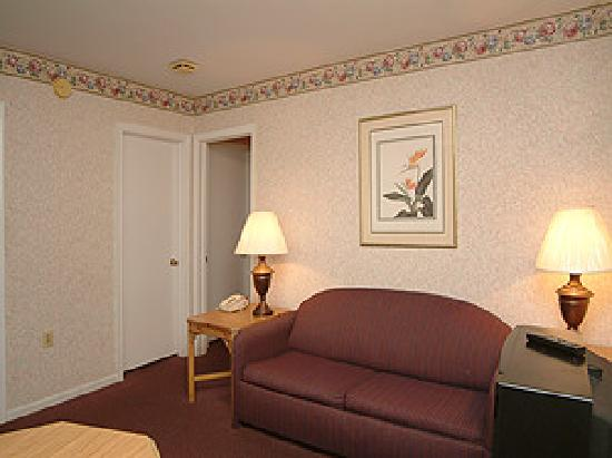 Country Hearth Inn: Guest room with sitting area