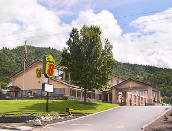 Super 8 Grants Pass: Hotel Exterior