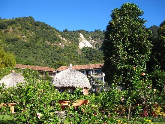 Hotel Atitlan: hotel and garden
