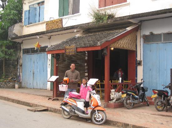 Cafe Toui: Toui taking his daughter to school before breakfast